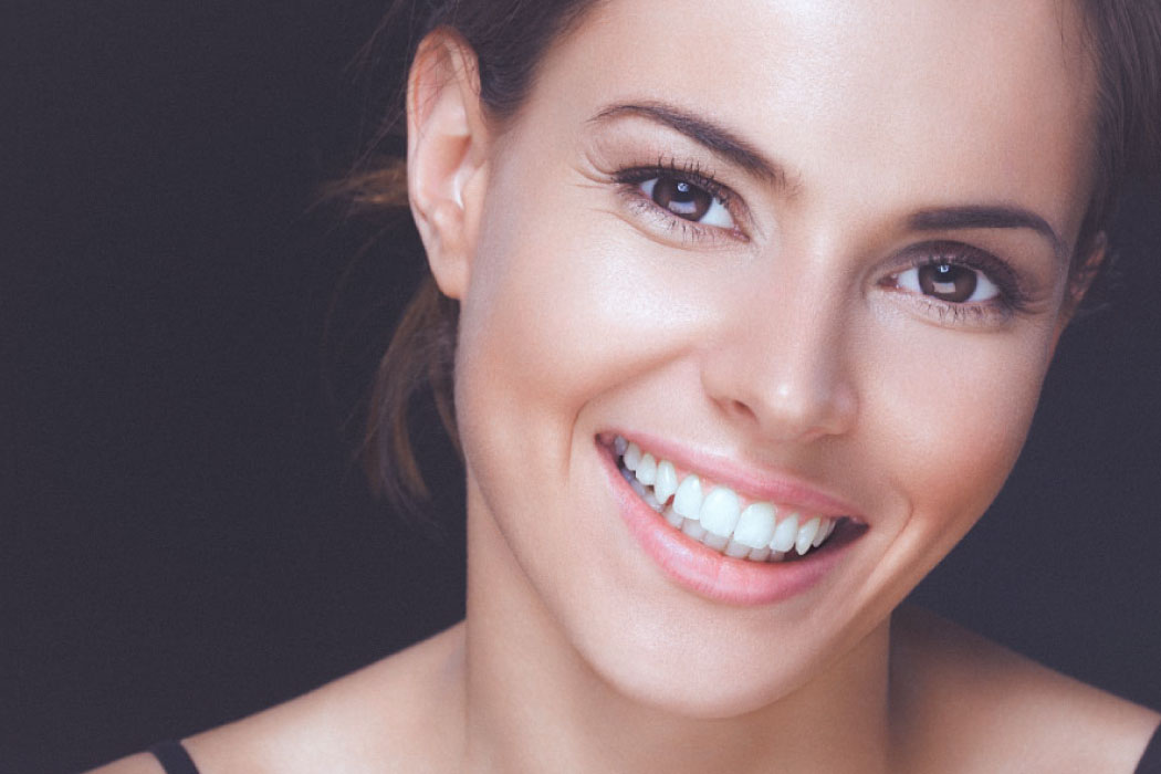Close up of a pretty browned eyed smiling brunette woman